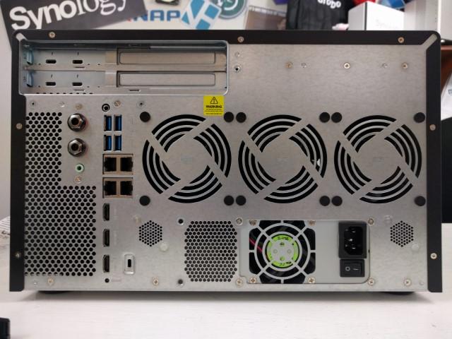 QNAP TVS-882BRT3 Unboxing