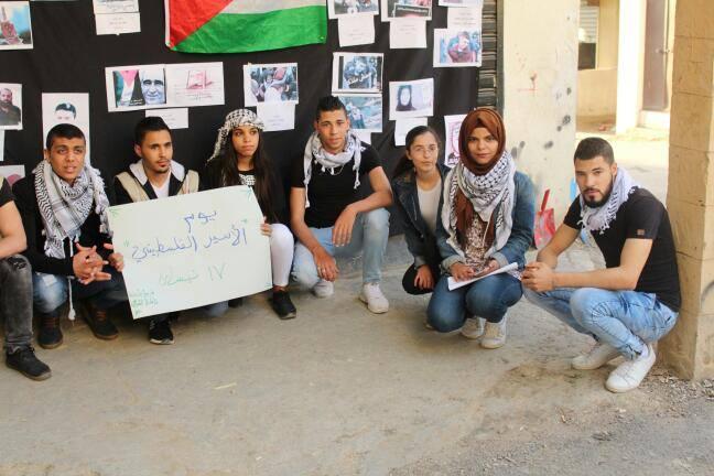 أقام فريق شباب شعلة ناشط التابع لجمعية ناشط الثقافية  الاجتماعية وقفة تضامنية مع الأسرى في سجون الاحتلال الإسرائيلي بمناسبة يوم الأسير الفلسطيني