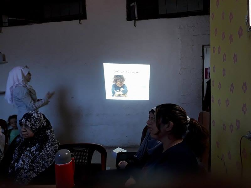 أقامت مسؤولة الملف التربوي في نادي بسمة أمل في جمعية ناشط الإجتماعية الثقافية ورشة عمل حول الآثار السلبية النفسية للطلاب بسبب الأحداث الأمنية في مخيم عين الحلوة