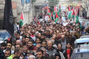 مسيرة حاشده في مخيم عين الحلوة رفضاً لقرار ترامب