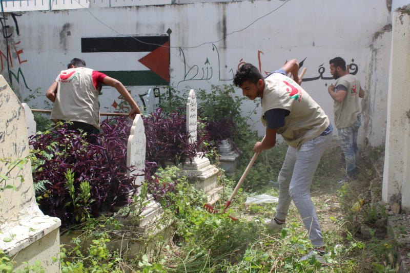 شعلة ناشط يقوم بحملة تطوعية في تنظيف مقبرة شهداء 23 نيسان