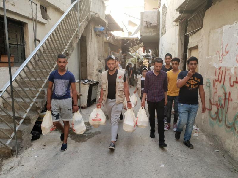 """شعلة ناشط يستكمل""""حملة فكر بغيرك"""" بتوزيع وجبات ساخنة للعائلات في عين الحلوة"""