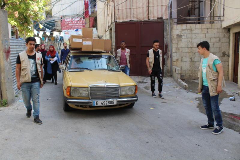 """فريق شعلة ناشط الشبابي يبدأ بحملة """" فكر بغيرك """" لهذا العام بتوزيع حصص تموينية في مخيم عين الحلوة"""