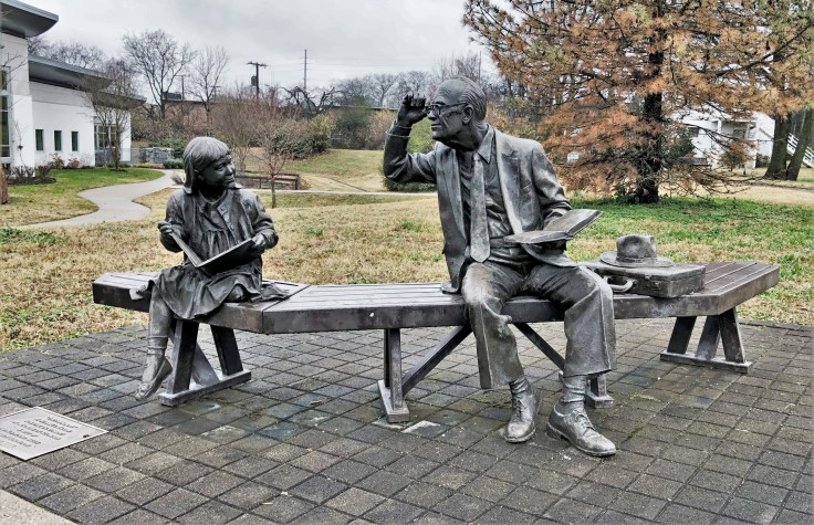 Readers Bronze Statue Front Nashville Green Hills Library