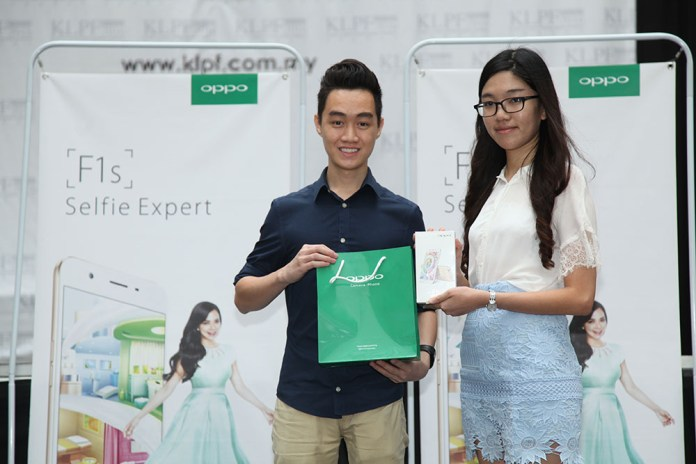 The OPPO University Photography Contest Winner, Joseph Chong from UCSI University was being awarded a unit of F1s and cash reward by OPPO Brand Director, Chen Lu.