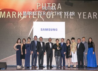 Elaine Soh (centre), Chief Marketing Officer of Samsung Malaysia Electronics, and her team receiving the Putra 2018 Marketer of the Year Award for Samsung's brand philosophy over the past year.