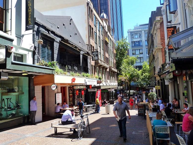 Bu caddede guzel barlar ve restorantlar var