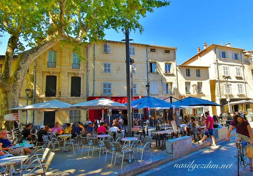 avignon gezilecek yerler, avignon gezi rehberi, rue des teinturiers, avignon fransa place des corps-saint