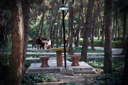 Poranne ploteczki w parku Laleh w Teheranie