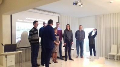 Śremska Grupa Fotograficzna podczas wernisażu w Bibliotece Publicznej w Śremie