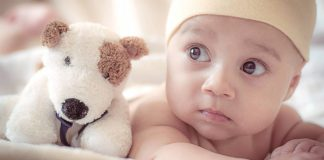 Małe dziecko z pluszową zabawką