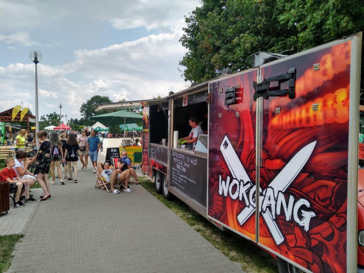 Zlot Food Trucków podczas Śrem .WAV Festial na plaży w Śremie