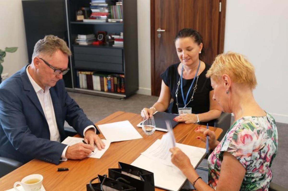 Taniej do Filharmonii Poznańskiej, Burmistrz Śremu podpisał stosowną umowę
