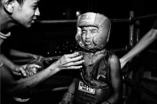 """Suvra Kanti Das, de la serie """"Ring"""" Un grupo de jóvenes boyes practica el boxeo en el Mohammad Ali estadio de boxeo todos los días. Dhaka, Bangladesh."""