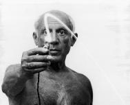 GJON MILI - 1949 / rare photos of PABLO PICASSO painting with light