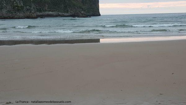 La playa de La Franca, en el concejo de Ribadedeva, en la localidad de La Franca, Asturias, España, es una playa que está considerada paisaje protegido. Hermosa playa de arena blanca