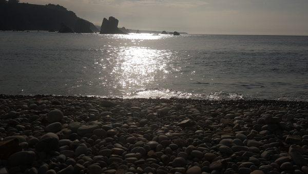 La luz se refleja en el mar creando un mar de color plata.