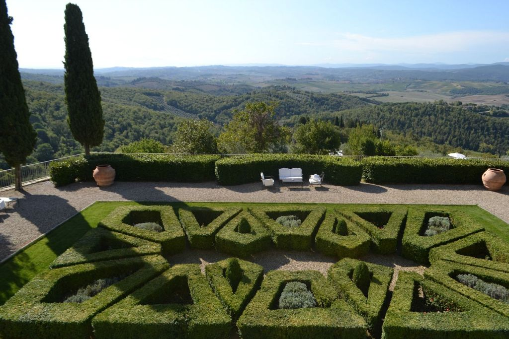 lovely garden settings for an authentic wedding in Tuscany