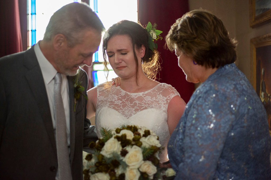 Rachel and her parents praying before walking down the aisle