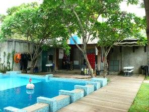 Pool di Bubbles Dive Center, di seberang itu adalah kamar mandi, toilet dan storage alat-alat diving