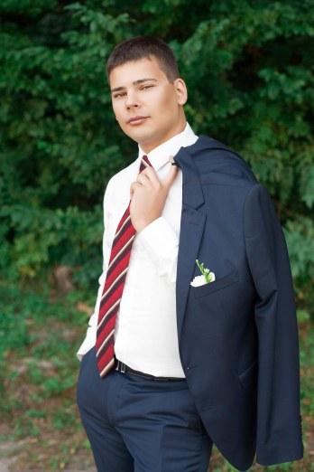 Жених в синем костюме, красный галстук в полосочку