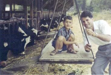 ליאור יונתן עם אביו נתן ליד הרפת של הקיבוץ