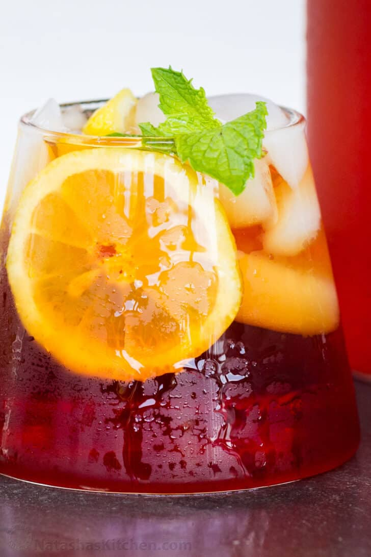 a cup of iced tea with lemon and min