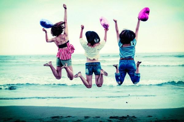 三人でジャンプする女子