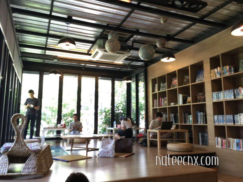 ในห้องสมุด Librarista มีโต๊ะนั่งพื้นแบบญี่ปุ่นให้นั่งอ่านหนังสือบริการด้วย
