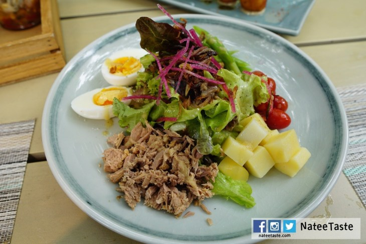 Salad Niçoise: Salad, Tuna, Egg, Tomato, Potato, Anchovies