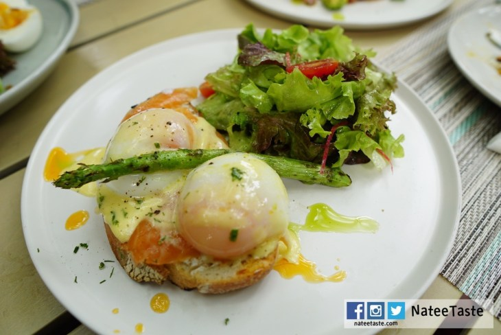 Egg Benedict Salmon: Smoked salmon, Poached egg, Olive oil hollandaise, Grilled asparagus (490++)