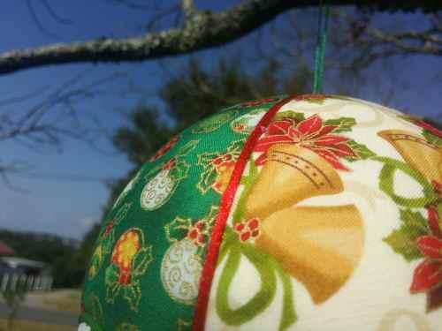 Tissu imprimé Boules de Noël. Montgolfière de décoration. Bayonne (64)