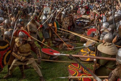 ポーランド、ヴォリンの祭り。手に手に槍や剣を持ち、バイキングやスラブの戦士にふんした人々が当時の戦闘を再現する。当初、小規模だったバイキングの襲撃部隊はやがて軍隊ほどの規模になり、ヨーロッパの広い範囲を征服した。(PHOTOGRAPH BY DAVID GUTTENFELDER, NATIONAL GEOGRAPHIC)