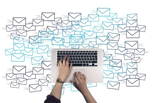 image montrant un ordinateur entouré d'enveloppes