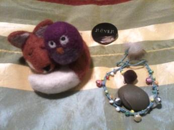 quelques petits objets , comme des animaux-rêves ou des cailloux tout doux