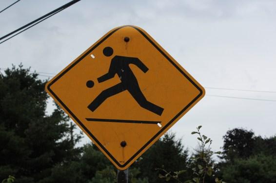 des enfants peuvent jouer au ballon au bord de la route!!!