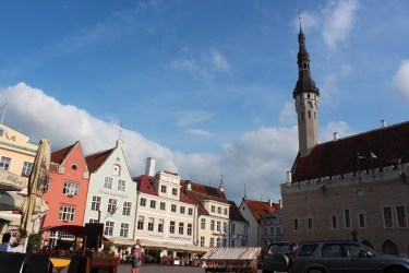 la place de l'hôtel de ville...a pied jusqu'en haut de la tour...120 marches