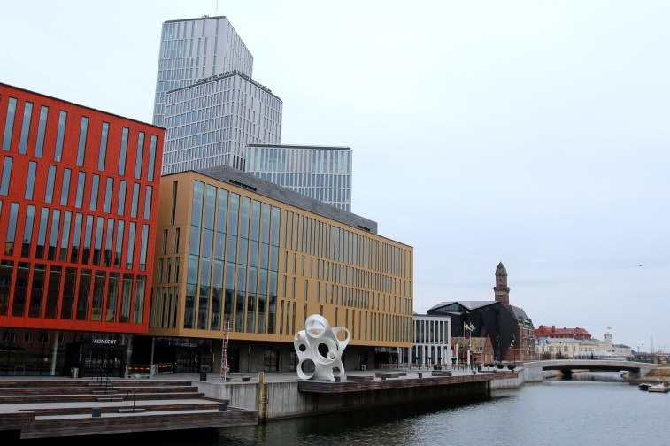 On se rapproche de la Råthus de Malmö