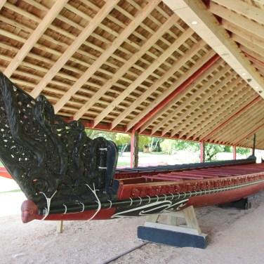 le Waka, celebre canoé maori, emmené par 35 hommes