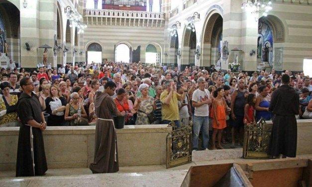 Fiéis recebem bênção dos capuchinhos na Basílica de São Sebastião, na Tijuca