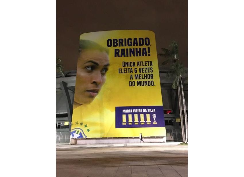 Maracanã instala painel em homenagem à jogadora Marta