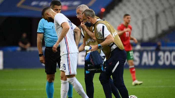 KarimBenzema injured, limps off the field in tears