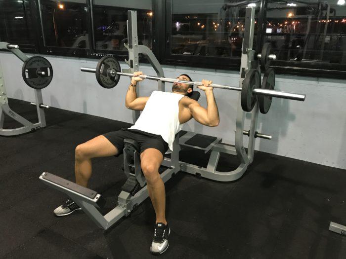 Exercice musculation: Développé incliné barre