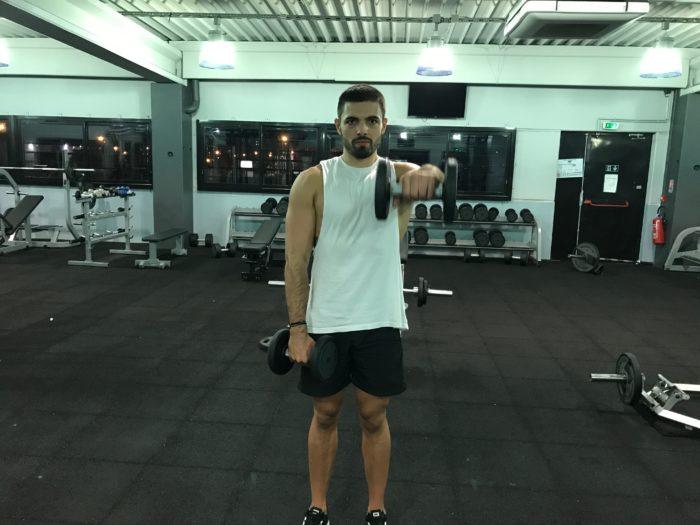 Exercice musculation: Élévations frontales haltères