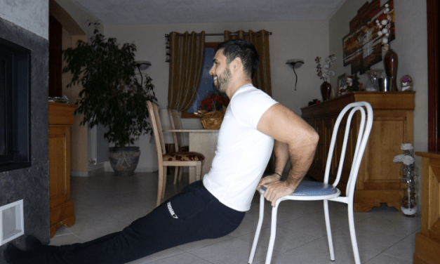 Exercice musculation: Extension triceps avec chaise