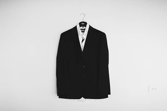 ハンガーに掛けられた男性スーツ