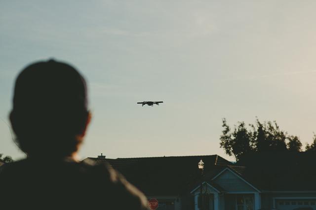ドローンが家の上を飛んでいるところ