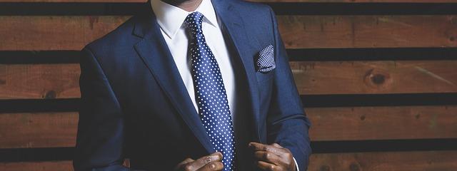 男性の紺色のスーツ
