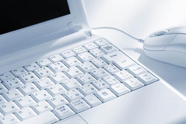 白いノートパソコンの写真