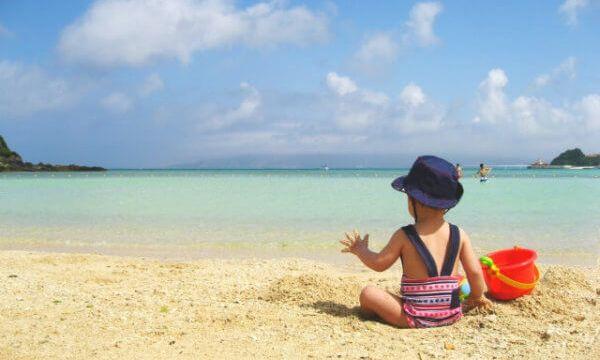 海辺で遊ぶ子供の写真
